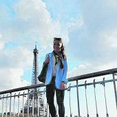 """<p class=""""caption"""">Julia vor dem Pariser Eiffelturm.</p>"""