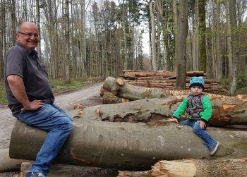"""<p class=""""caption"""">Julian (2) und sein Opa bei einem Waldspaziergang.</p>"""