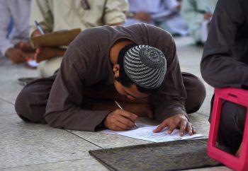 <p>Karachi. Eifrig: Ein pakistanischer Student schreibt seine Prüfung.</p>