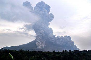 <p>Karo. Gefährlich: Der indonesische Vulkan Mount Sinabung spukt Asche. Seit 2010 ist der Vulkan, der rund 400 Jahre ruhig war, in unregelmäßigen Abständen wieder aktiv. Fotos: AP, AFP, REUTERS</p>