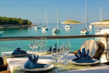"""<p class=""""caption"""">Kulinarik mit atemberaubendem Ausblick erwartet die Reisenden in Istrien..</p>"""