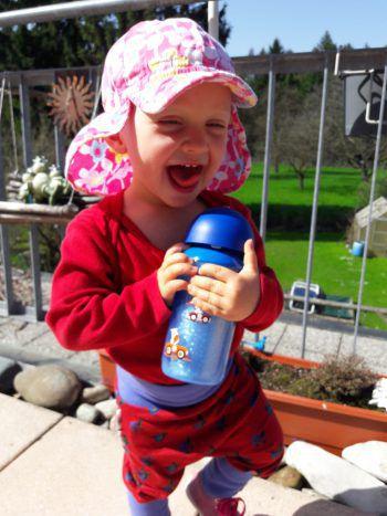 """<p class=""""caption"""">Lily (1) freut sich, wieder draußen spielen zu können.</p>"""