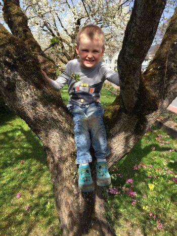 Linus genießt den Frühling und die Zeit im Garten in vollen Zügen.