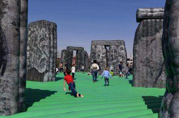 <p>Mailand. Neugierig: Kinder spielen in einer aufblasbaren Nachbildung von Stonehenge vom britischen Künstler Jeremy Deller.</p>