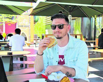 McDonald's bietet jetzt auch auf seinen Terrassen Tischservice an. Foto: W&W