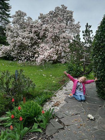 """<p class=""""caption"""">Mia Lina aus Lauterach genießt denn Frühling in Opas Garten.</p>"""