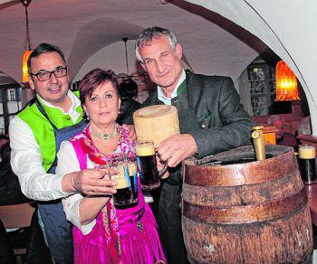 Michael Salzgeber und Brigitte mit Bgm. Markus Linhart beim Fassanstich. Fotos: WAM