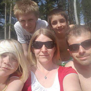 "<p class=""caption"">Michelle (10), Andre (12), Kevin (13), Monika und Christian an der Lutz.</p>"