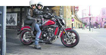 """Mit den Bikes von Zweirad Loitz kann jetzt perfekt in die Saison gestartet werden – beispielsweise mit der """"Kawasaki Vulcan S Orange"""" um 9199 Euro, die auch als Leasing-Modell erhältlich ist. Fotos: handout/Zweirad Loitz"""