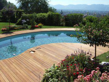 Mit Holzbelag wird eine tolle Liegefläche am Pool geschaffen – perfekt, um auf dem Liegestuhl zu entspannen.Fotos: handout/Spiegel-Parkett