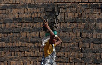 <p>Mumbai. Artistisch: Eine Arbeiterin balanciert Ziegel auf ihrem Kopf.</p>