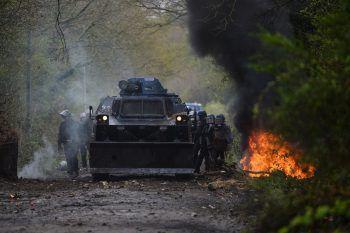 <p>Nantes. Gefährlich: Französische Gendarmen schützen sich im Kampf mit Aktivisten neben einem gepanzerten Fahrzeug.</p>