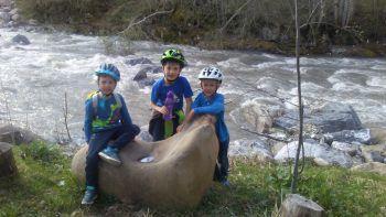 """<p class=""""caption"""">Noah (5), Constantin (9) und Lukas (5) aus Mellau machen nach einer tollen Radtour eine Pause am Mellenbach.</p>"""