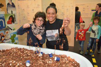 """<p class=""""caption"""">Nora Kleiser und Tania Rodrigues vor der Geldbadewanne.</p>"""