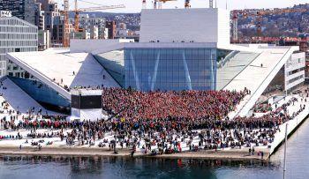 <p>Oslo. Gemeinschaftlich: Hunderte Chor-Sänger feiern das zehnjährige Jubiläum des Opernhauses.Fotos: AP, AFP, REUTERS</p>