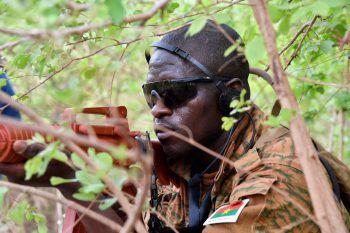 <p>Ouagadougo. Konzentriert: Ein Soldat aus Burkina Faso beim Training mit Ausbildern aus Österreich.</p>