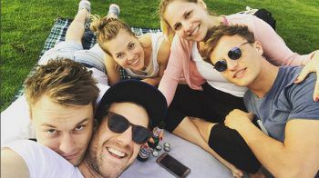 <p>Picknick: Komiker Luke Mockridge mit Freunden.</p>