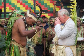 <p>Port Vila. Cheers: Prinz Charles trinkt zur Begrüßung Kava mit dem Präsidenten auf Vanuatu.</p>