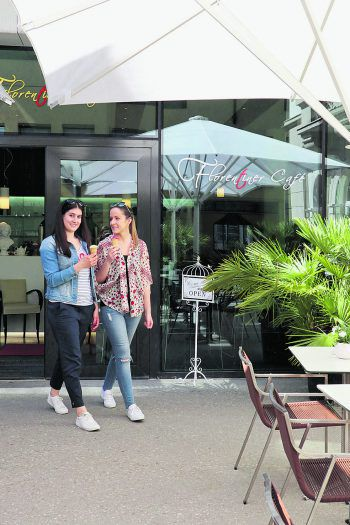 """<p class=""""caption"""">Romantisch-verspielt und edel zugleich: das kleine, aber feine Florentiner Café mit Gastgarten. </p>"""