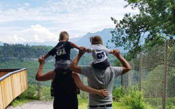 """<p class=""""caption"""">Sabrina und Akan genießen mit Malik und Medina die ersten Sonnenstrahlen im Wildpark in Feldkirch.</p>"""
