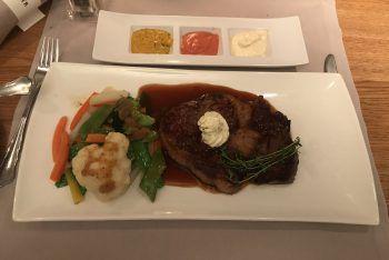 Saftiges Rib Eye Steak mit frischem Gemüse und leckeren Saucen.