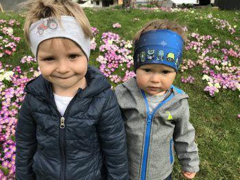 Samuel (2,5) und Julian (1,5) aus Tschagguns inmitten von vielen bunten Frühlingsboten.