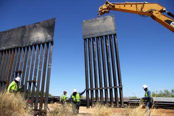<p>Santa Teresa. Unüberwindbar. Auf Anordnung von Trump ersetzen Arbeiter den Grenzzaun zu Mexiko.</p>