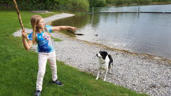 """<p class=""""caption"""">Sarah und Bella können endlich wieder am Wasser spielen.</p>"""