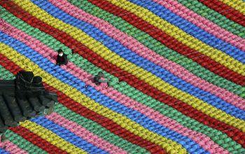 <p>Seoul. Bunt: Arbeiter bereiten unzählige Laternen für das bevorstehende Geburtstagsfest zu Ehren Buddhas vor.</p>