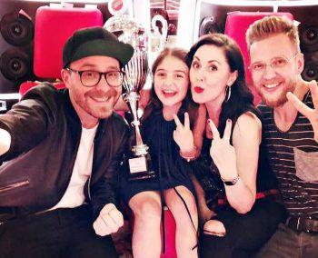 """<p>Siegreich: Sänger Mark Forster freut sich mit der """"The Voice Kids""""-Gewinnerin Anisa und deren Gesangstrainern.</p>"""
