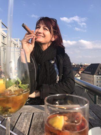 """<p class=""""caption"""">Silvia lässt es sich bei Frühlings-temperaturen auf einer Dachterrasse in München gut gehen.</p>"""