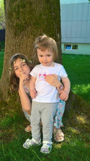 """<p class=""""caption"""">Sophie und Melina bei Oma und Opa im Garten.</p>"""