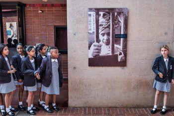 <p>Soweto. Respektvoll: Kinder halten an einem Porträt der kürzlich verstorbenen Winnie Mandela, Gattin von Nelson Mandela, inne.</p>