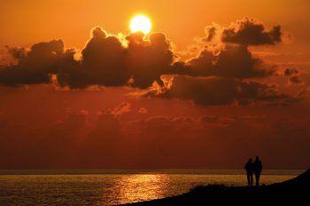"""<p class=""""caption"""">Täglich traumhafte Sonnenuntergänge vom Hotel aus genießen.</p>"""