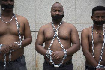<p>Tel Aviv. Kühn: Afrikanische Migranten erinnern mit schweren Ketten an die Sklaverei.</p>