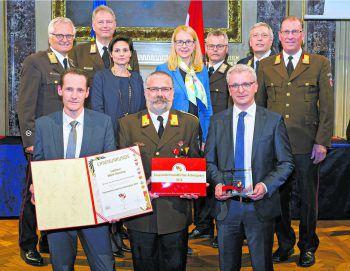 Übergabe der Ehrenurkunde von Bundesministerin Dr. MargareteSchramböck. Foto: Liebherr-Werk Nenzing GmbH
