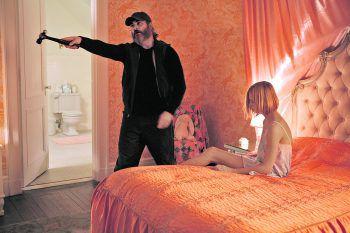 Um Nina (Ekaterina Samsonov) zu schützen, greift Joe (Joaquin Phoenix) zum Äußersten. Foto: Constantin Film