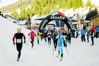 Viele starteten mit Laufschuhen, aber auch Skitourengeher und Schneeschuhwanderer wurden am Start gesichtet. Foto: Lech Zürs Tourismus GmbH