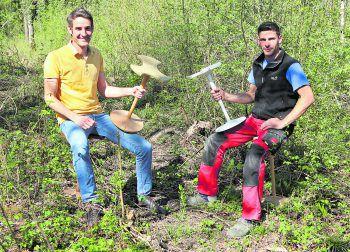 """Wolfgang (links) und Christoph mit ihren stylischen und nachhaltigen """"Dreiblatt-Hockern"""".Fotos: W&W, handout/privat"""