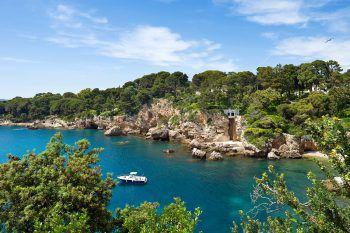 Wunderbare Natur und kristallklares Meer erwartet die Reisenden an der Côte d'Azur.