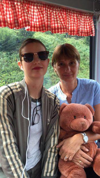 "<p class=""caption"">Anna (17) mit Mama Anita ( 49).</p>"