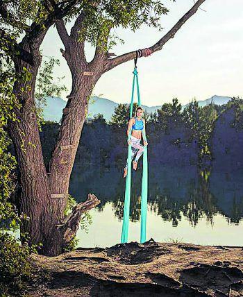 "<p class=""caption"">Beim Aerial Silk beweist Vanessa viel Kraft.</p>"