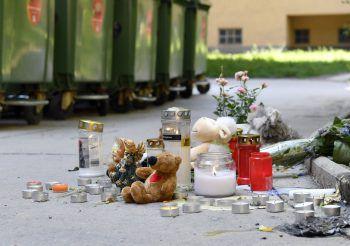 Blumen und Kerzen am Ort des Leichenfundes in Wien-Döbling. Foto: APA