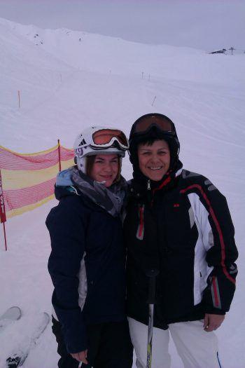 """<p class=""""caption"""">Corina mit Mama Brigitte in Gargellen – Skispaß pur!</p>"""