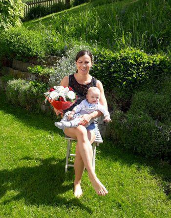 """<p class=""""caption"""">Cornelias erster Muttertag mit ihrem Sonnenschein Lucas.</p>"""
