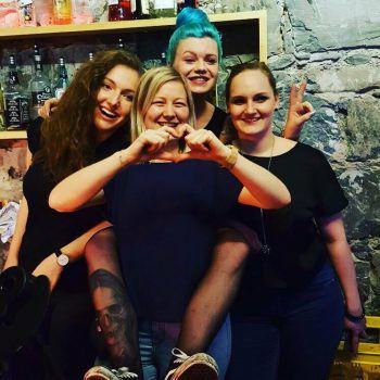 Das Vakanz-Barteam mit Johanna, Barchefin Stefanie Düringer, Zelina und Alissa freut sich über Spenden.