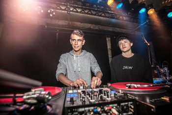 "<p class=""caption"">Dat Jay & Willey bei ihrem DJ-Set.</p>"