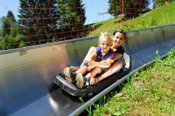Mit der Sommerrodelbahn geht es rasant ins Tal – da ist Spaß garantiert!