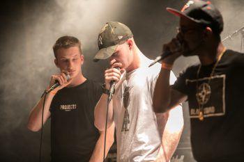 """<p class=""""caption"""">Die zweisprachige Rap-Crew Dynamic Clan.</p>"""