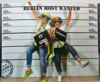 """<p class=""""caption"""">Gaby mit Mama Gisela haben großen Spaß in Berlin.</p>"""
